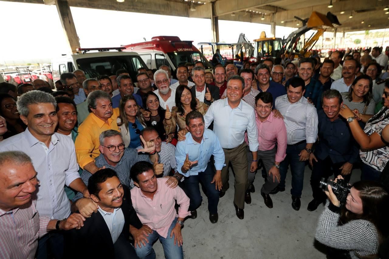 Governador Rui Costa entrega equipamentos para prefeituras